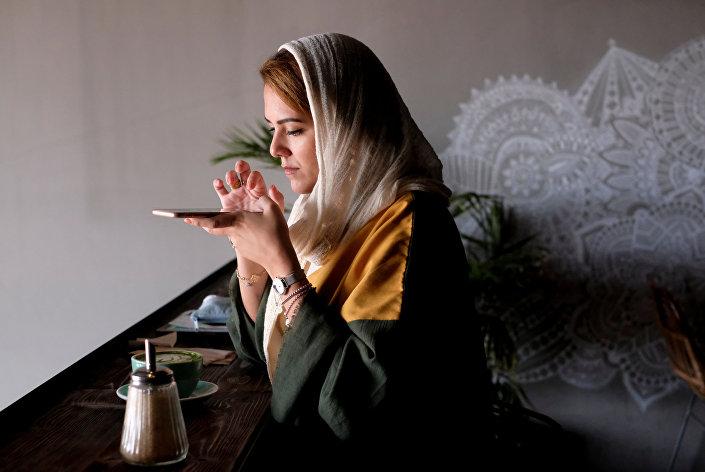أميرة التركستاني تجلس في مقهاها المفضل في جدة، المملكة العربية السعودية، 20 أكتوبر/ تشرين الأول 2017