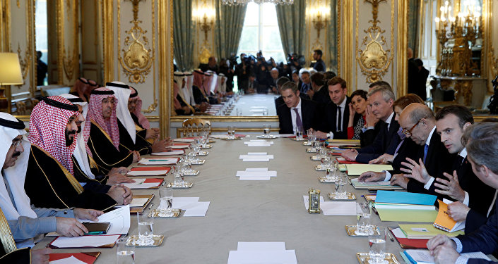الأمير محمد بن سلمان، ولي العهد السعودي في حفل العشاء الذي أقامه الرئيس إيمانويل ماكرون