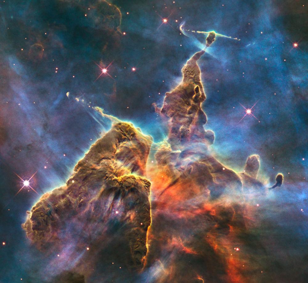 سديم انبعاثي في كوكبة كيل - NGC 3372، يشبه في شكله إنسانا الذي يتطلع إلى أعلى