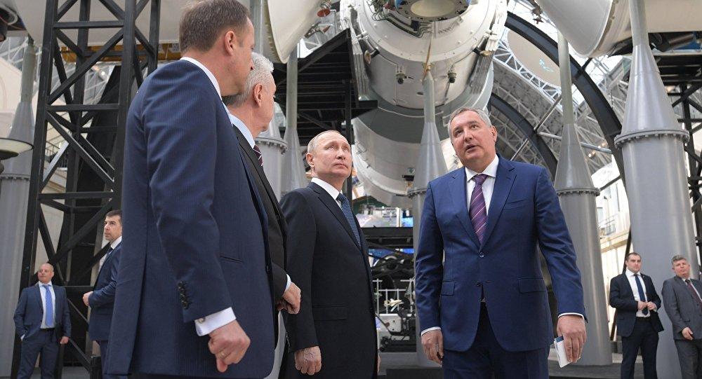 الرئيس الروسي فلاديمير بوتين خلال زيارتة لمعرض الفضاء