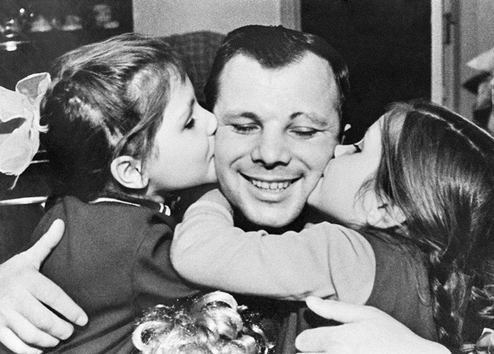 رائد الفضاء الروسي يوري غاغارين مع ابنتاه