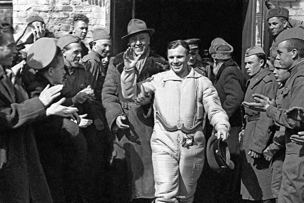 رائد فضاء الروسي يوري غاغارين بعد عملية هبوطه/ عودته إلى الأرض