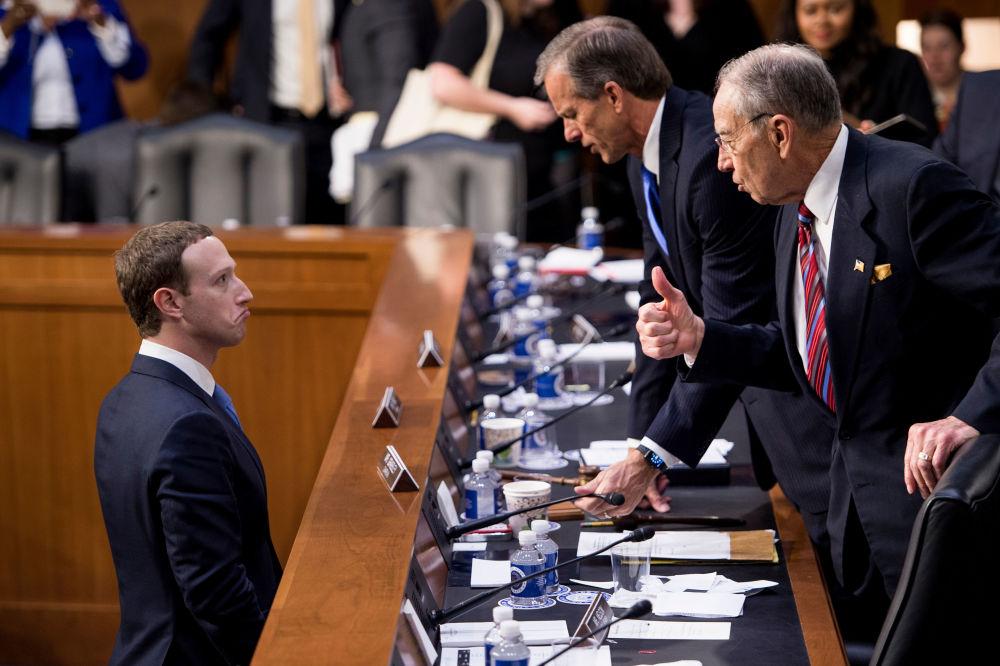 مؤسس والمدير العام لموقع فيسبوك، مارك زوكربرغ خلال الحديث مع سيناتور جون تيون وسيناتور تشاك غراسلي في كابيتول، واشنطن، الولايات المتحدة 10 أبريل/ نيسان 2018