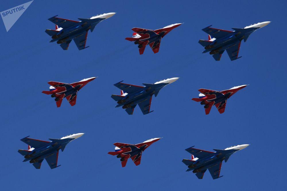 بروفة العرض الجوي بمناسبة عيد النصر - مقاتلات متعددة المهام ميغ-29 التابعة لفرقة الاستعراض الجوي ستريجي، ومقاتلات سو-30 إس إم لفرقة الاستعراض الجوي روسكي فيتيازي (الفرسان الروس) في حقل ألابينو