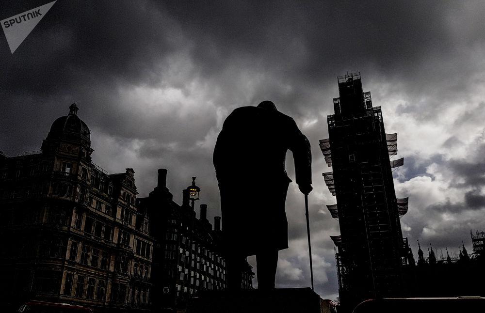نصب تذكاري لرئيس الوزراء البريطاني الأسبق ونستون تشرشل على ساحة البرلمان على خلفية برج بيغ بين في لندن، إنجلترا