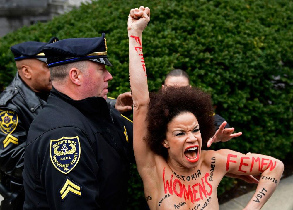 الممثلة الأمريكية نيكول روشيل، التي ظهرت في عدة حلقات من برنامج كوسبي شو (The Cosby Show)، تم احتجازها لدى محاولتها الدخول إلى المحكمة، حيث أقيمت جلسة استماع في قضية بيل كوسبي بتهمة التحرش الجنسي، نيوجيرسي، الولايات المتحدة 9 أبريل/ نيسان 2018