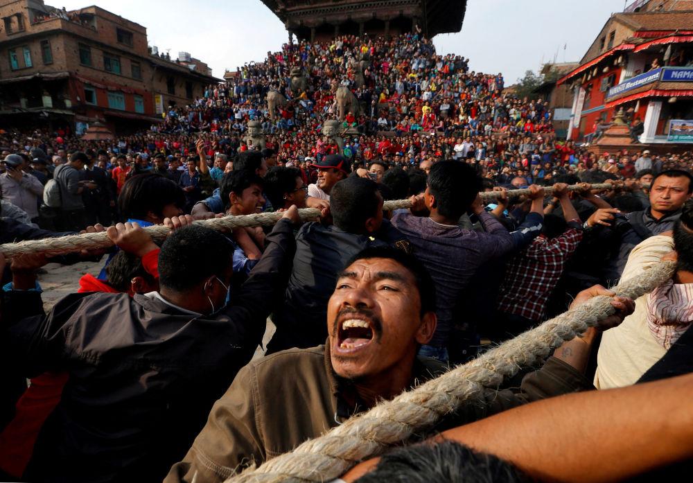 المواطنون في نيبال يشدون حبل عربة الإله (Bhairava) خلال مهرجان ديني بيسكت (Bisket ) في مدينة بهاكتابور، نيبال 10 أبريل/ نيسان 2018