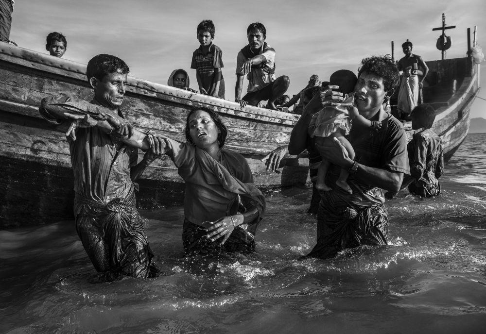 مسابقة صور الصحافة العالمية لعام 2018 - صورة بعنوان لاجئو الروهينغا يفرون إلى بنغلاديش للمصور كيفين فراير من كندا، الفائزة بالمرتبة الثانية في فئة التصوير أخبار عامة