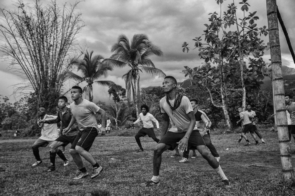 مسابقة صور الصحافة العالمية لعام 2018 - صورة بعنوان من تقرير نادي السلام لكرة القدم للمصور خوان دي أريدوندو من كولومبيا، الفائزة بالمرتبة الثانية في فئة الرياضة