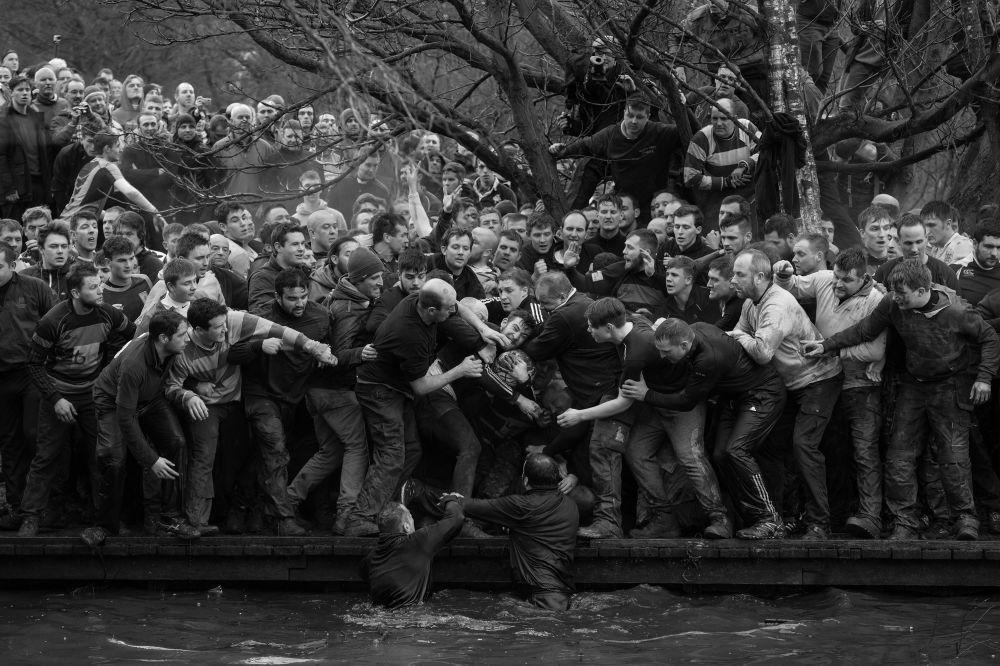 مسابقة صور الصحافة العالمية لعام 2018 - صورة بعنوان رويال شروفيتيد لكرة القدم للمصور أوليفر سكارف من بريطانيا، الفائزة بالمرتبة الأولى في فئة التصوير الرياضة