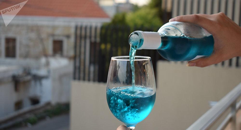 لبناني يتفرد بصنع النبيذ الأزرق