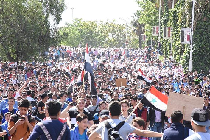 مظاهرات حاشدة في دمشق للتنديد بالهجوم الثلاثي على سوريا