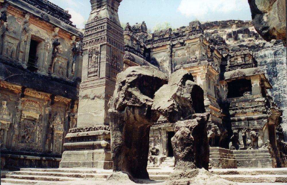معبد الصخرة في مغارات إلورا في الهند