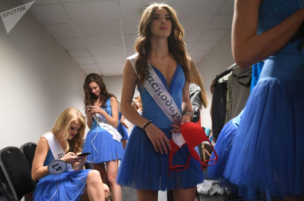 التصفيات النهائية لمسابقة ملكة جمال روسيا 2018 في غرفة تبديل الملابس قبل بدء المسابقة في قاعة الحفلات بارفيخا