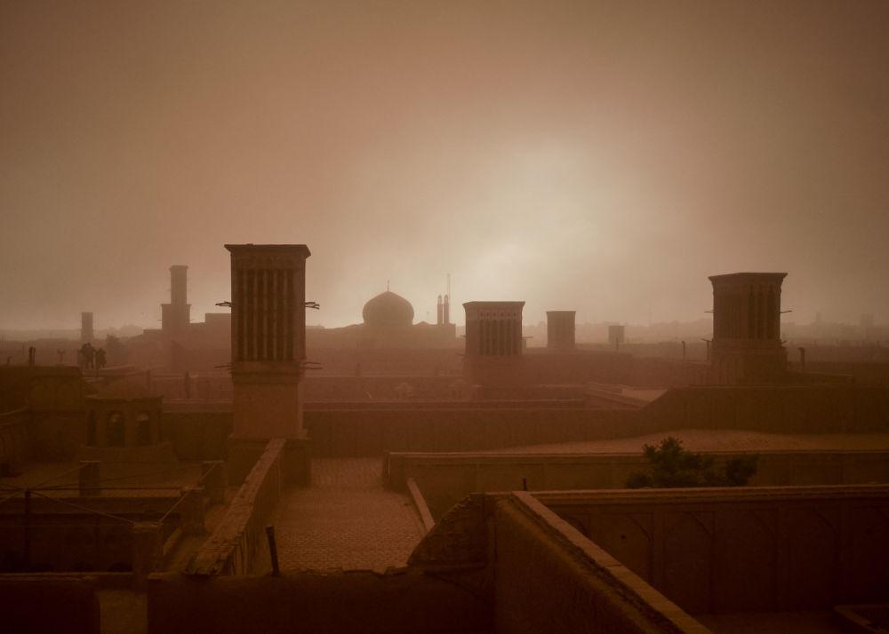 عاصفة رملية تعرقل الرؤية في يزد، إيران في 16 أبريل/نيسان 2018