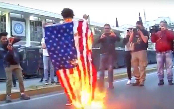 إحراق العلم الأمريكي