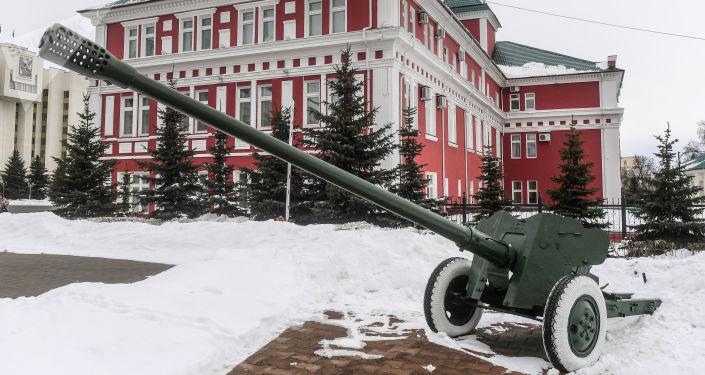 معدات حربية في ساحة النصر