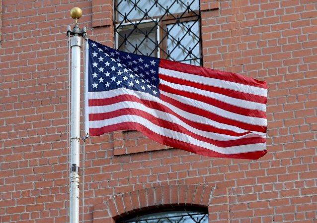 العلم الأمريكي بالقرب من مبنى القنصلية الأمريكية العامة في يكاتيرنبورغ الروسية