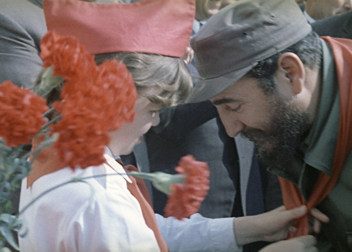 فيلم وثائقي سوفيتي ضيفنا فيدل كاسترو، حيث تظهر طفلة تربط منديلاً أحمر على رقبة الزعيم الكوبي فيدل كاسترو لدى وصوله للاتحاد السوفيتي