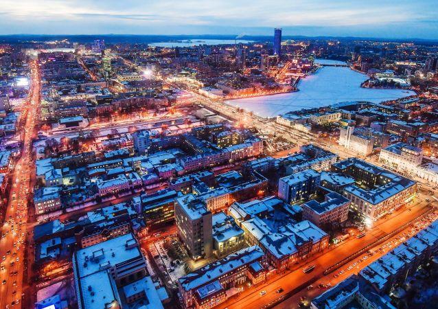 مشهد ليلي لمدينة يكاترينبورغ