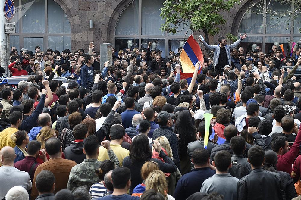 أشخاص بالزي العسكري ينضمون للمتظاهرين في العاصمة الأرمنية يريفان، أرمينيا 21 أبريل/ نيسان 2018