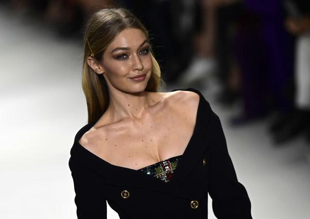 عارضة الأزياء جيجي حديد خلال عرض أزياء ربيع/ صيف 2018 في ميلانو، إيطاليا 22 سبتمبر/ أيلول 2017
