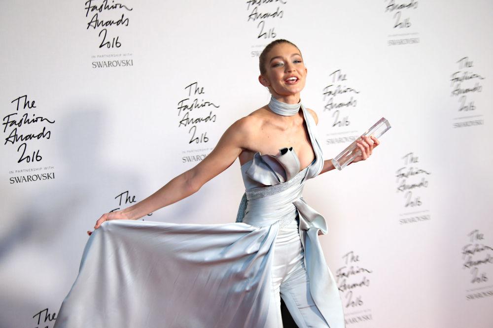 عارضة الأزياء جيجي حديد تحمل جائزتها عارضة الأزياء العالمية، تقف أمام المصورين The Fashion Award 2016 في لندن، إنجلترا 5 ديسمبر/ كانون الأول 2016