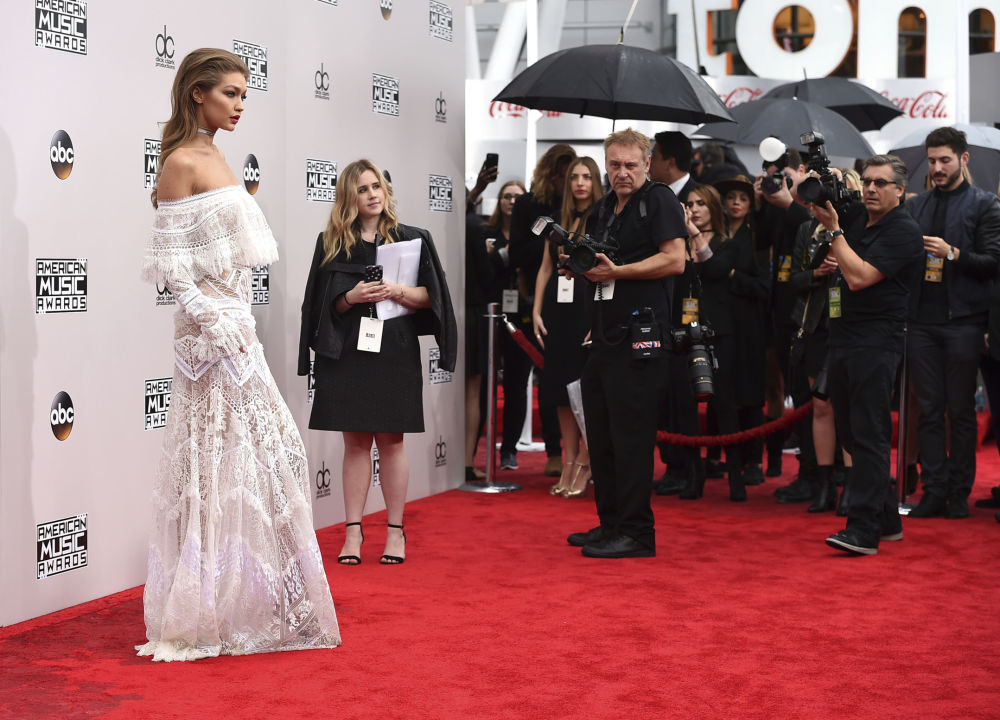 عارضة الأزياء جيجي حديد خلال حفل توزيع جوائز  American Music Awards في لوس أنجلوس، الولايات المتحدة 20 نوفمبر/ تشرين الثاني 2016