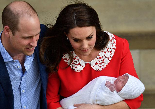 دوق ودوقة كامبريدج الأمير وليام نجل ولي العهد البريطاني وزوجته كيت ميدلتون مع مولودهما الثالث، الإثنين 23 نيسان/أبريل 2018