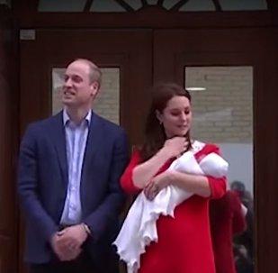لحظة خروج دوقة كامبريدج كيت ميدلتون وزوجها نجل ولي عهد بريطانيا الأمير وليام بعد ولادة طفلهما الثالث، الإثنين 23 نيسان/أبريل 2018