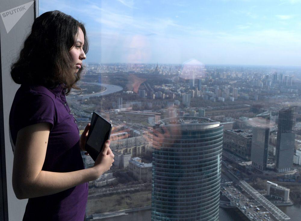 زائرة تلتقط صورة على أعلى منصة عرض في أوروبا، والتي تقع على الطابق 89 من برج فيديراتسيا-فوستوك في المجمع الاقتصادي موسكو-سيتي في موسكو