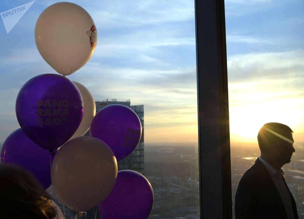 زائر على أعلى منصة عرض في أوروبا، والتي تقع على الطابق 89 من برج فيديراتسيا-فوستوك في المجمع الاقتصادي موسكو-سيتي في موسكو