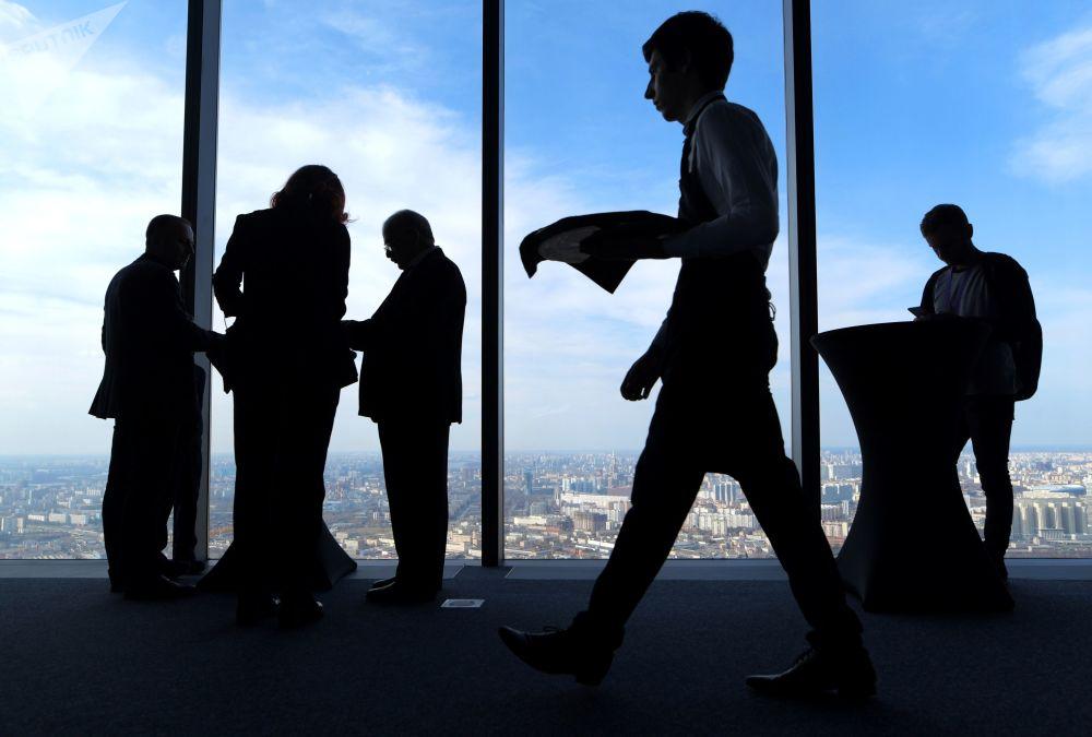 زوار على أعلى منصة عرض في أوروبا، والتي تقع على الطابق 89 من برج فيديراتسيا-فوستوك في المجمع الاقتصادي موسكو-سيتي في موسكو