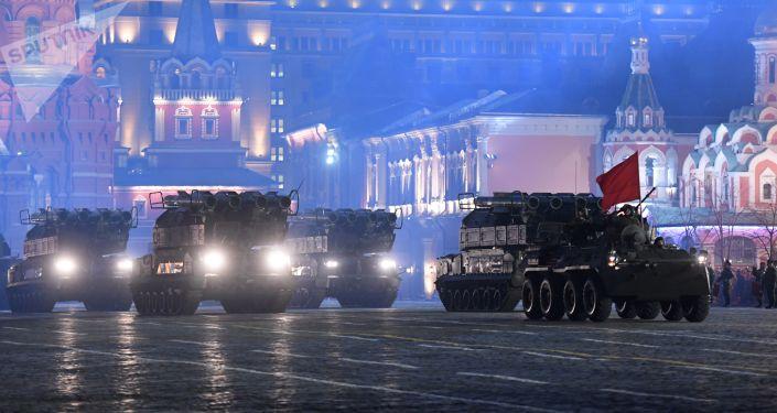 بروفة للعرض العسكري بمناسبة الذكرى الـ 73 لعيد النصر على قوات ألمانيا النازية في الحرب الوطنية العظمى (1941 - 1945) على الساحة الحمراء في موسكو - منظومات صاروخية بوك- إم2