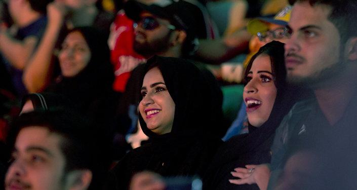 سعوديات أثناء متابعتهن لـ أعظم رويال رامبل للمصارعة الحرة في المملكة العربية السعودية في مدينة جدة، 27 نيسان/أبريل 2018