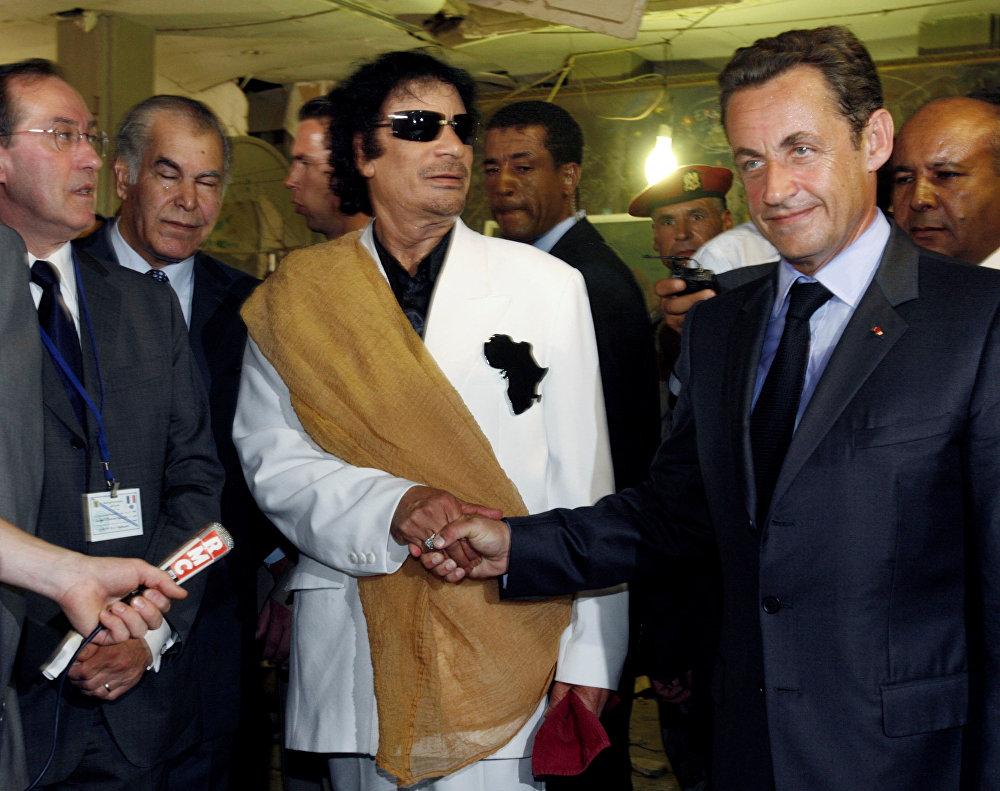 نيكولا ساركوزي مع معمر القذافي