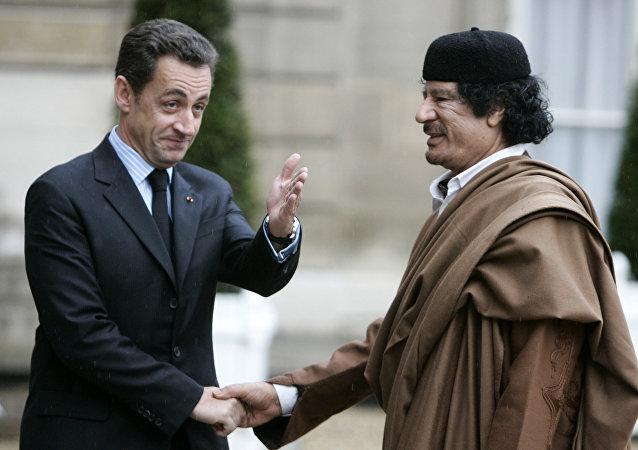 نيكولاي ساركوزي والعقيد معمر القذافي