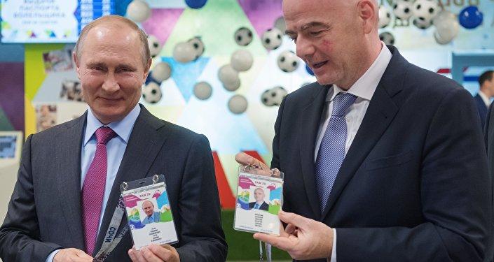 الرئيس الروسي فلاديمير بوتين وإنفانتينو رئيس الفيفا