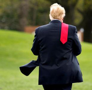 الرئيس الأمريكي دونالد ترامب يمشي على الحديقة الجنوبية للبيت الأبيض في واشنطن قبل مغادرته إلى ميتشيغان، 28 أبريل/ نيسان 2018