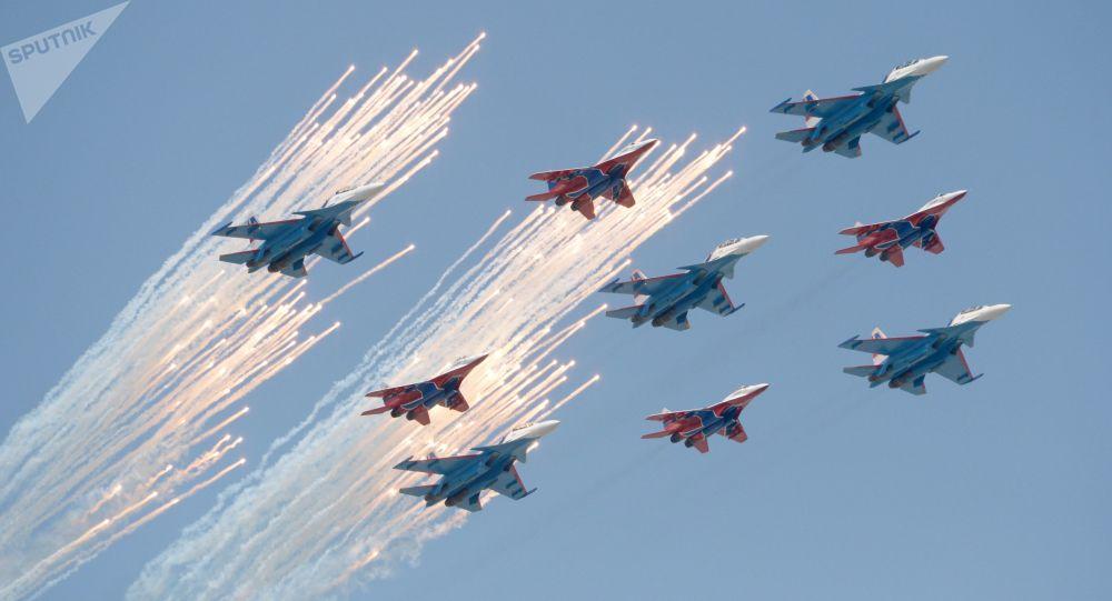 الجزء الجوي من العرض العسكري في موسكو بمناسبة عيد النصر - سو - 30 إس إمو ميغ- 29