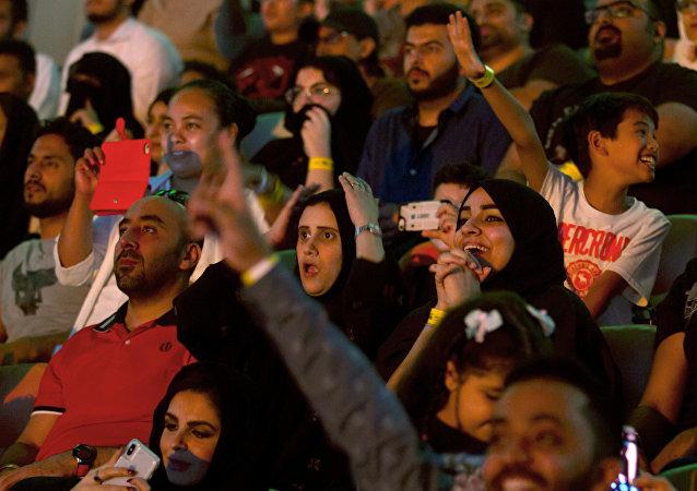 نساء سعوديات مشجعات في مهرجان أعظم رويال رامبل الذي أقيم في المملكة العربية السعودية، 27 نيسان/أبريل 2018