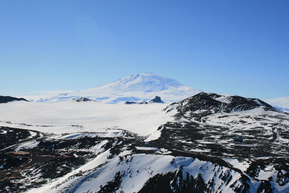 في الصورة: منظر على بركان إيريبوص