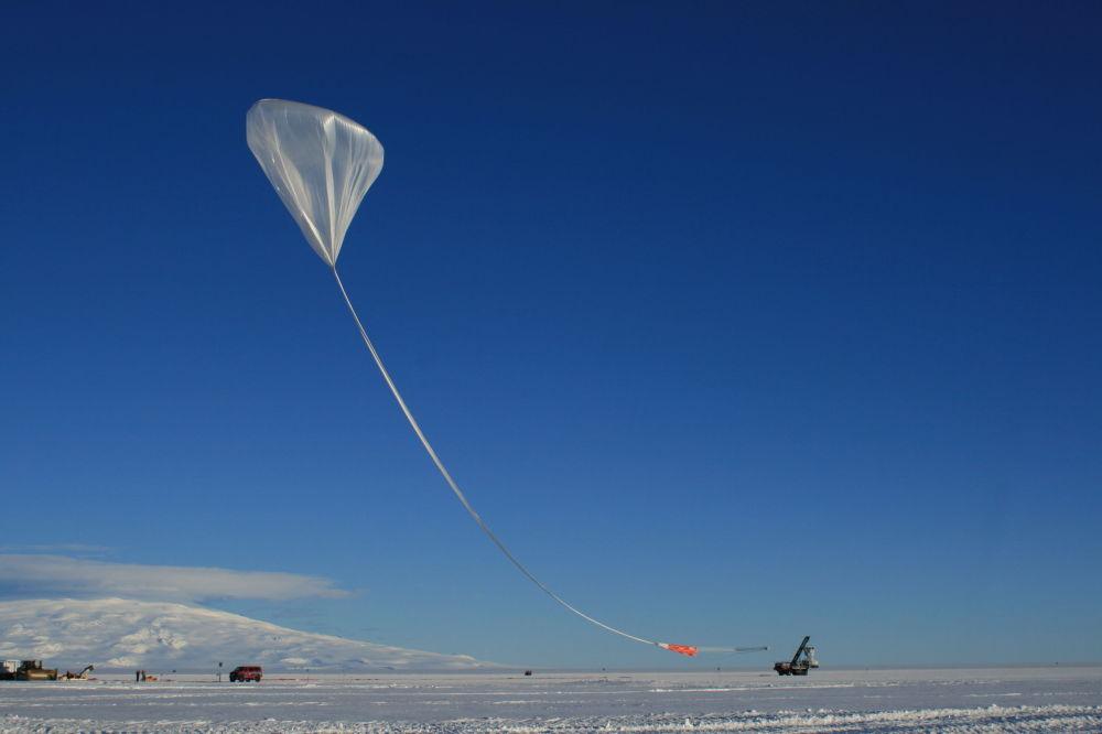 في الصورة: إطلاق هوائي أنيتا (ليلة صيفية في أنتاركتيكا)