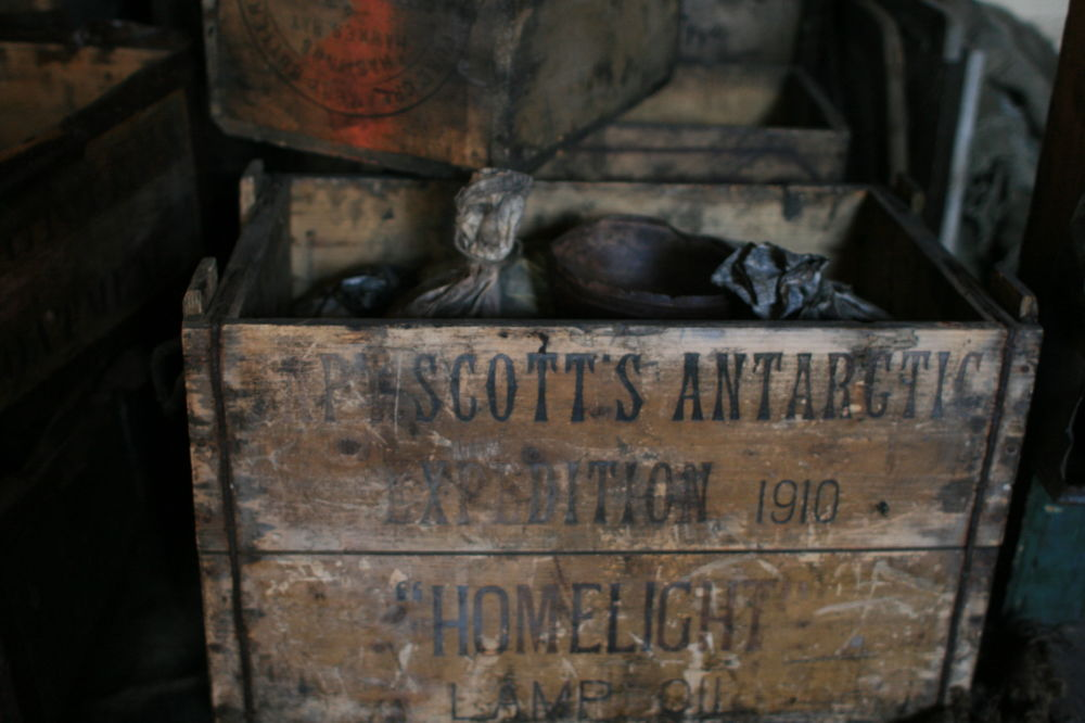 في الصورة: صندوق في كوخ سكوت مع مخزون لمصابيح الزيت.