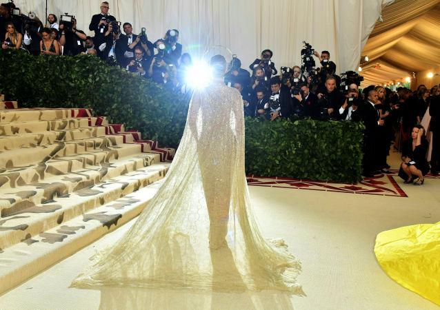 عارضة أزياء روزي هانتينغتون-وايتلي تصل إلى حقل 2018 Met Gala في نيويورك، 7 مايو/ أيار 2018