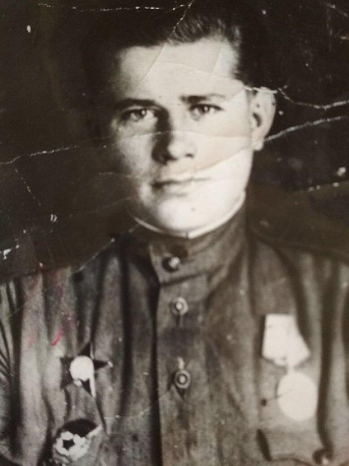 دميتري شيلوف والد أولغا وقائد قسم الاتصالات في فرقة الإنزال السادسة