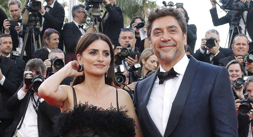 الممثلة الإسبانية بينيلوبي كروز وزوجها خافيير بارديم في حفل افتتاح النسخة الـ 71 من مهرجان كان السينمائي الدولي، 8 مايو/أيار 2018
