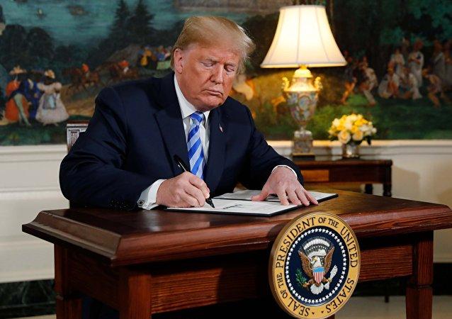 الرئيس الأمريكي دونالد ترامب يوقع إعلانا يعلن فيه عن نيته الانسحاب من الاتفاقية النووية الإيرانية في البيت الأبيض في واشنطن, 8 مايو/أيار 2018