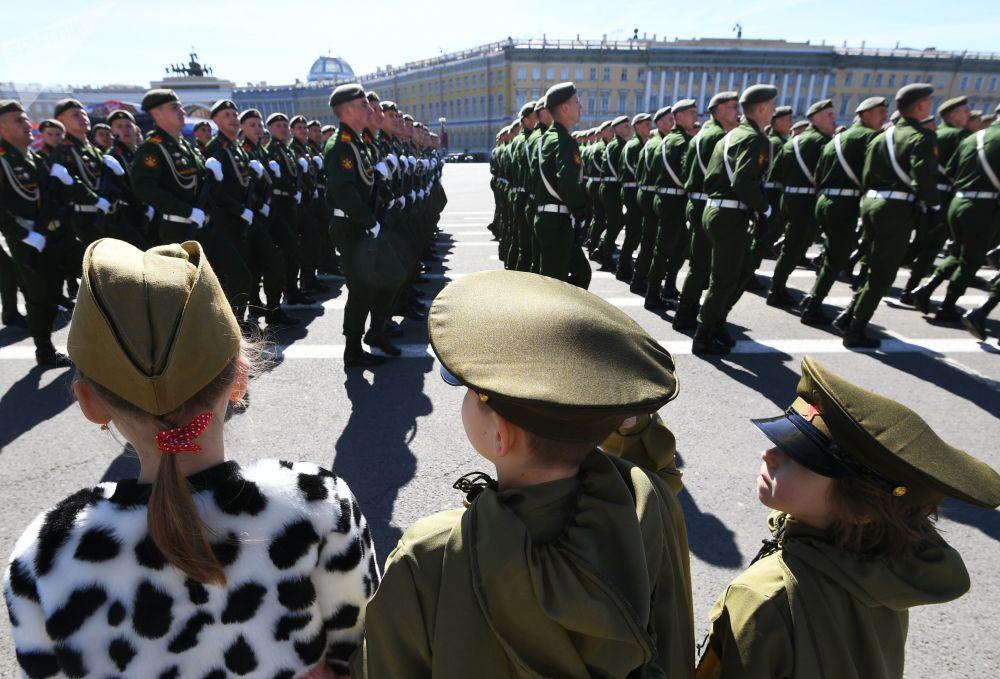عرض عسكري بمناسبة الذكرى الـ 73 لعيد النصر على قوات ألمانيا النازية  في الحرب الوطنية العظمى (1941 - 1945) في سان بطرسبورغ، 9 مايو/ أيار 2018