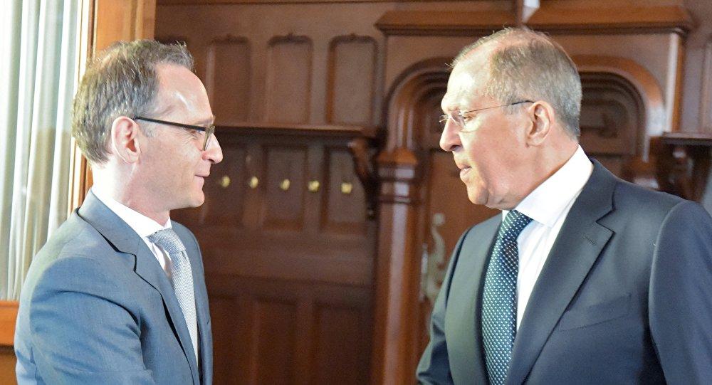 وزير الخارجية الروسي سيرغي لافروف مع نظيره الألماني هايكو ماس